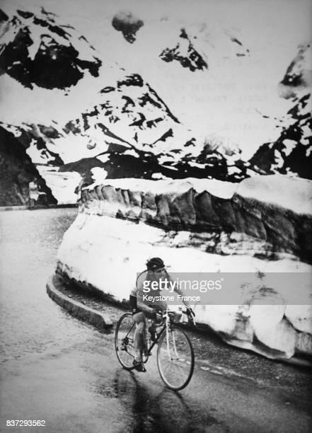 Le cycliste français Jean Robic franchit le Col de Susten lors d'une étape du Tour de France circa 1940 en Suisse