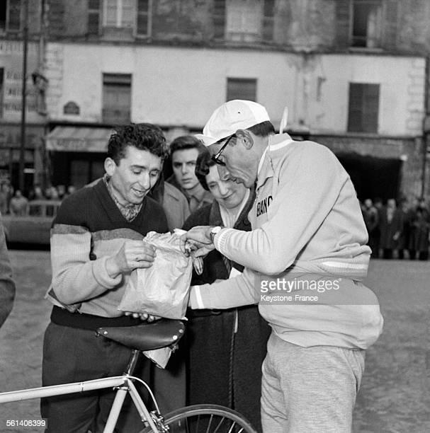 Le cycliste italien Fausto Coppi à la Porte de Versailles avant la course ParisNice le 10 Mars 1958 à Paris France