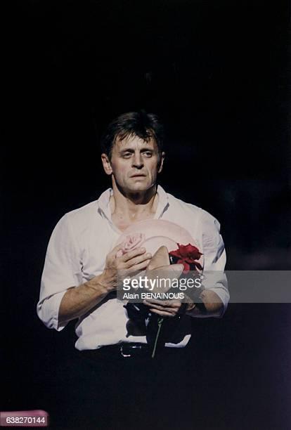 Le danseur Mikhaïl Barychnikov lors d'un hommage au Théâtre des ChampsElysées le 22 septembre 1997 à Paris France