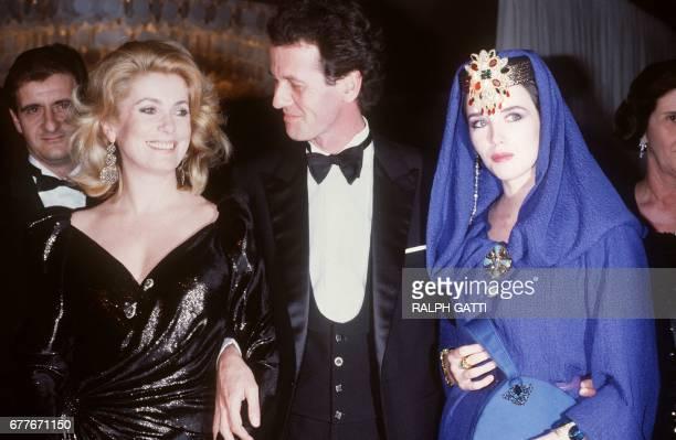 Le décorateur Jacques Grange accompagné des actrices Catherine Deneuve et Isabelle Adjani arrive à la première du film 'Subway' réalisé par le...