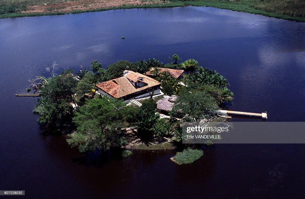 L'île de la Fantasia, propriété appartenant au narcotrafiquant Gonzalo Rodriguez Gacha, surnommé 'Le Mexicain', l'un des chefs du cartel de Medellin, saisie par la police début septembre 1989 à Puerto Boyaca, Colombie.