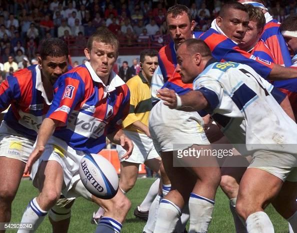 le demi de mêlée grenoblois Olivier Beaudon dégage son camp sous la pression du talonneur columérin Marc Dal Maso le 16 mai 1999 à Toulouse lors du...