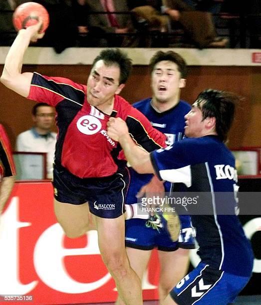 Le demicentre de l'équipe d'Espagne d'origine kirghize Talant Dujshebaev tente un tir malgré l'opposition des défenseurs sudcoréens le 25 janvier...