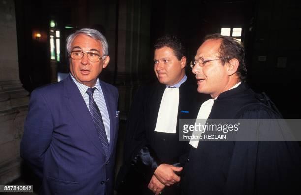 Le depute RPR et homme d'affaires Georges Tranchant avec ses avocats au tribunal de commerce de Paris il a intente un proces a Bernard Tapie en...