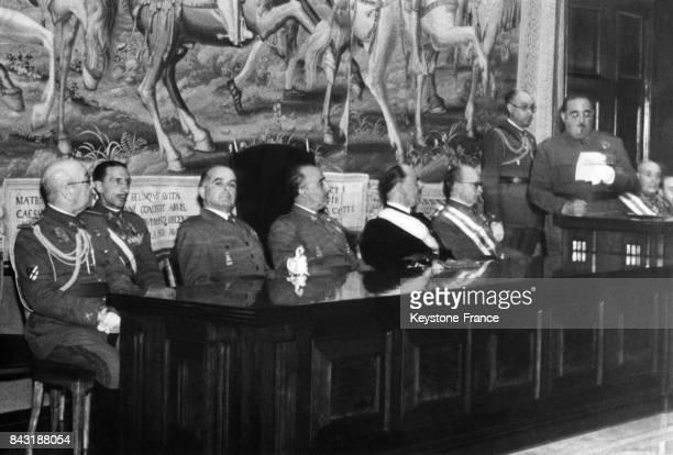 Le Directeur de l'Ecole Supérieure de l'Armée prononce un discours en présence de Franco lors de l'inauguration de l'institution en Espagne