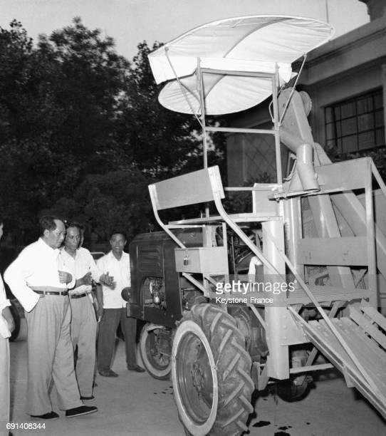Le dirigeant de la République Populaire de Chien Mao Zedong inspecte le 'Drapeau Rouge' premier tracteur à chassis dans une usine chinoise le 25 juin...