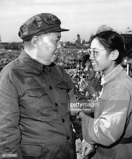 Le dirigeant de la République Populaire de Chien Mao Zedong se voit remettre le bandeau rouge des Gardes Rouges autour de son bras par une femme...