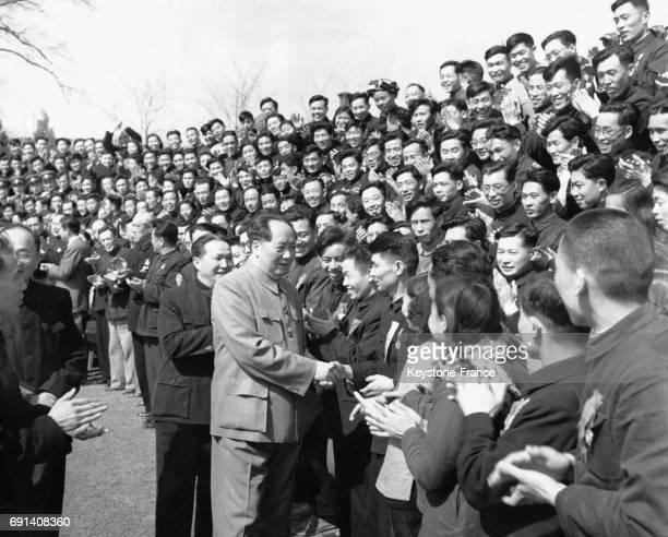 Le dirigeant de la République Populaire de Chien Mao Zedong serre les mains de producteurs et réalisateurs de cinéma lors d'un rassemblement de la...