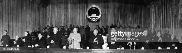 Le dirigeant de la République Populaire de Chine Mao Zedong entouré de son gouvernement Peng Chen Shen Chunju Lin Piao Soong Ching Ling Lio Shaochi...