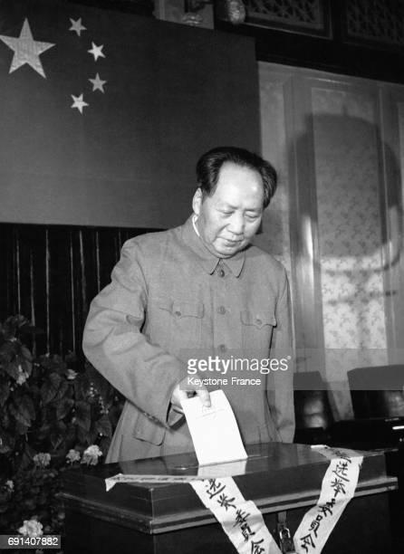 Le dirigeant de la République Populaire de Chine Mao Zedong glisse un bulletin de vote dans l'urne lors des élections du congrès du peuple à...