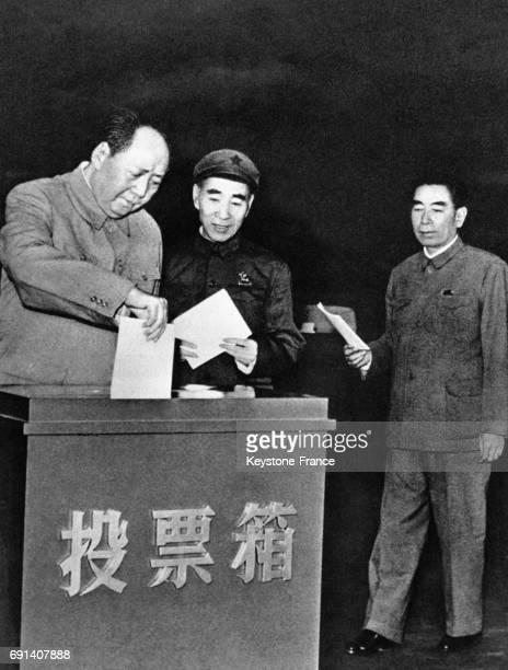 Le dirigeant de la République Populaire de Chine Mao Zedong glisse un bulletin de vote dans l'urne lors des élections du congrès du peuple en...