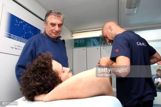 Le Docteur Claudio Costa aux cotes d un de ses assistants soignant Andrea Dovizioso Grand Prix de Barcelone