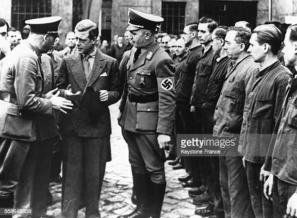 Le duc de Windsor Edward VIII visite une ecole professionnelle ouverte par le 'Front du Travail' le 20 octobre 1937 a Dresde Allemagne