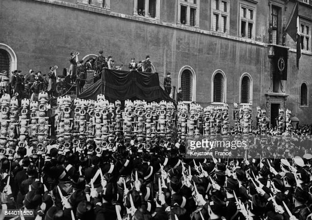 Le Duce Benito Mussolini à la tribune lors du 5ème anniversaire de la fondation des faisceaux de combat de la jeunesse sur la place de Venise à Rome...