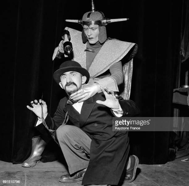 Le fakir Al Scott 1er Prix international de magie déguisé en martien et armé de son pistolet à fluide puissant menace un autre magicien au Théâtre de...