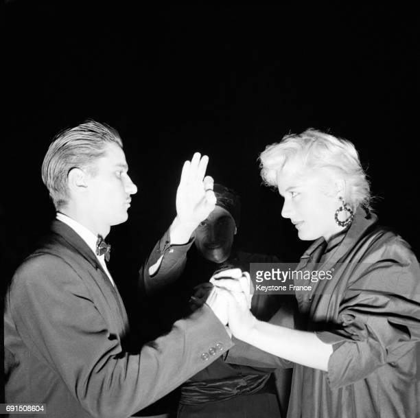 Le fakir Karmah hypnotise un couple sur scène au Théâtre de l'Etoile à Paris France le 22 octobre 1954