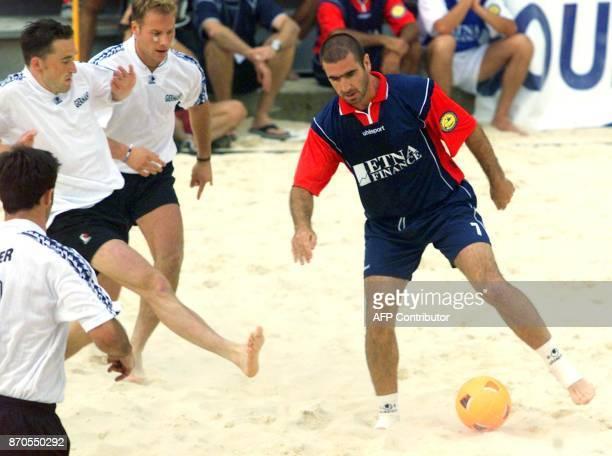 le footballeur français Eric Cantona fait face aux défenseurs allemands le 03 juin à SaintGalmier au cours de la rencontre opposant l'équipe de...