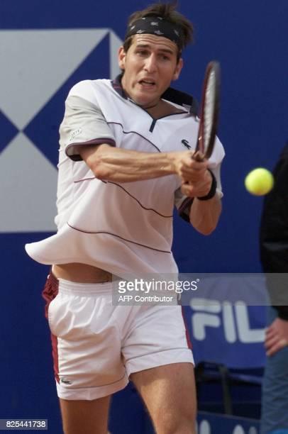 le Français Jerôme Golmard effectue un revers le 16 avril 2001 à Monaco dans le match qui l'oppose à son compatriote Arnaud Clément lors du 1er tour...