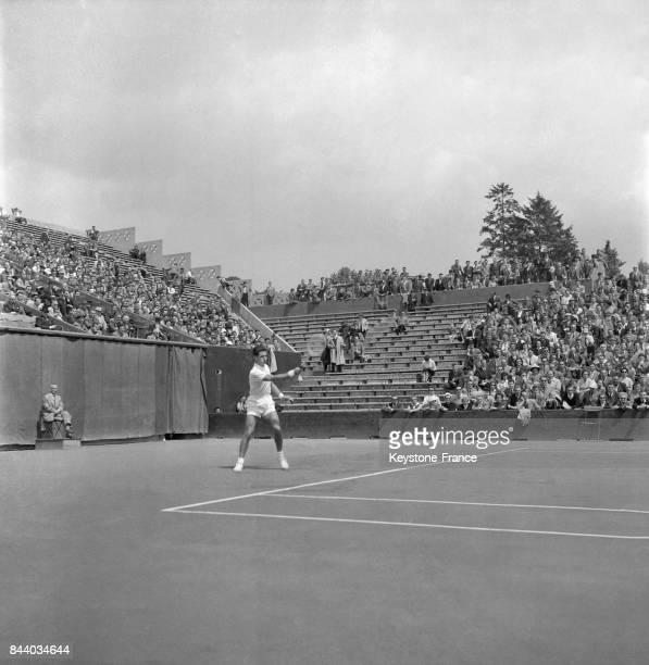 Le français Pierre Darmon lors de la demifinale de la coupe Davis entre la France et l'Italie à RolandGarros à Paris France le 15 juin 1956