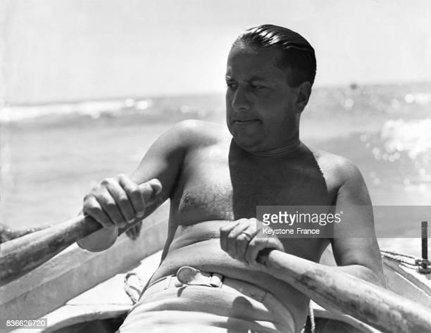 Le gendre de Mussolini le comte Ciano ramant sur son aviron en Italie en août 1938