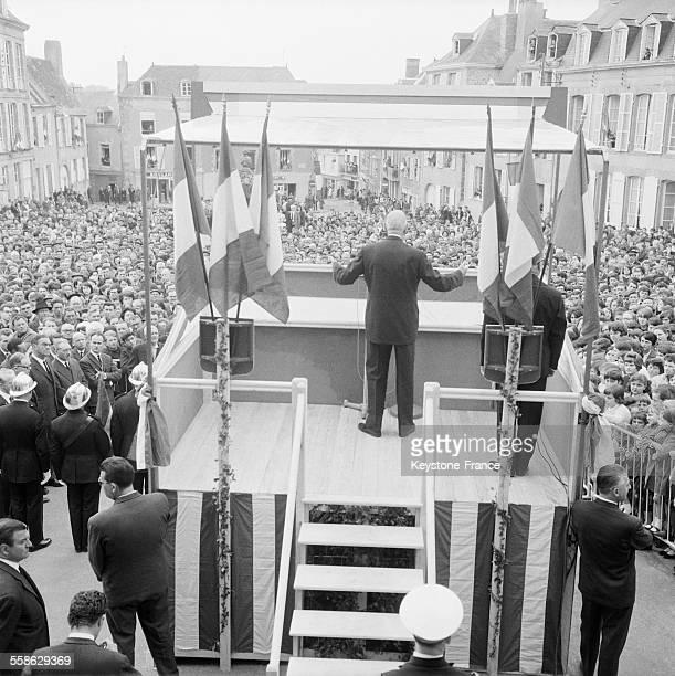 Le general Charles de Gaulle prononce un discours devant une foule nombreuse en mai 1965 en Mayenne France