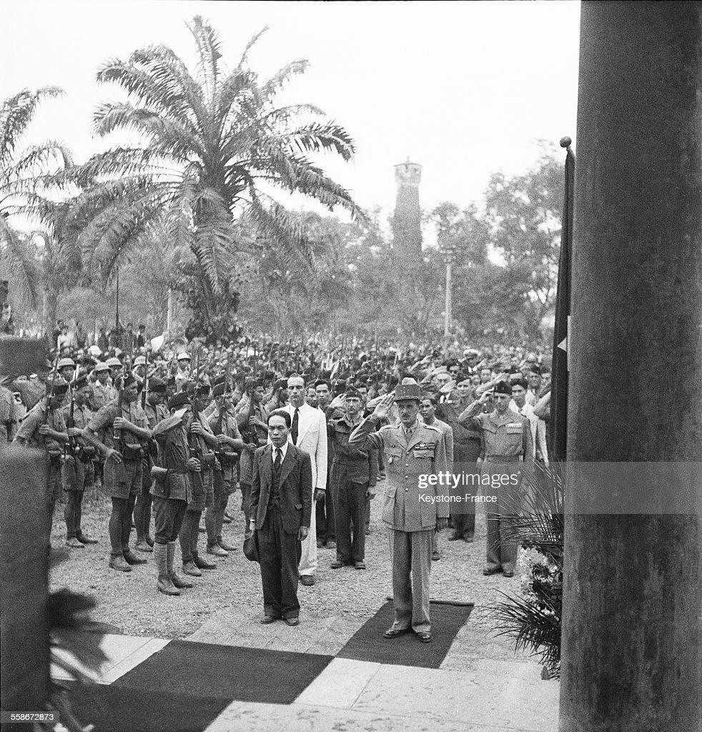 Le general Philippe Leclerc de Hauteclocque salue le monuments aux morts indochinois a Hanoï, Vietnam le 17 juin 1946 - A ses cotes, le general Vo Nguyen Giap et Jean Sainteny (en blanc).