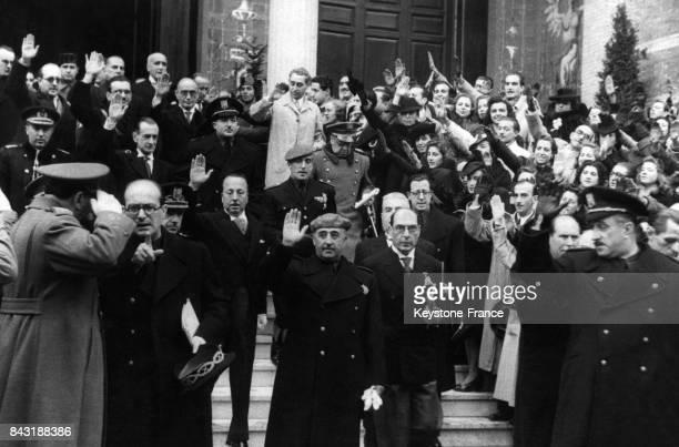 Le Generalismo Francisco Franco aussi nommé Caudillo salue la foule à sa sortie du Palais des Expositions cicra 1950 à Madriden Espagne