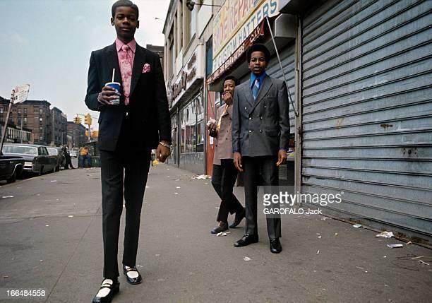 The Ghetto New York City Harlem juillet 1970 le ghetto de jeunes afroaméricains très élégants en costume et chemise se tiennent dans une rue un...