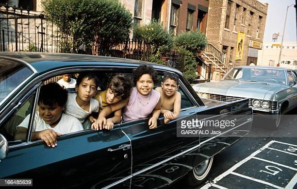 The Ghetto New York City Harlem juillet 1970 le ghetto enfants de type portoricains posant assis dans une voiture noire
