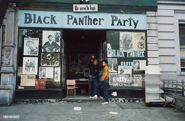 The Ghetto New York City Harlem juillet 1970 le ghetto Sur le seuil du QG des 'Black Panthers' où sont exposées des affiches de portraits de leaders...
