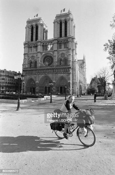 Le globetrotter allemand Heinz Stucke poursuit son tour du monde à vélo le voici devant la cathédrale NotreDame au moment de son départ pour...