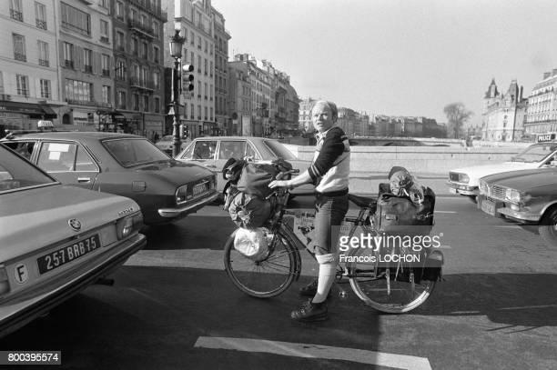 Le globetrotter allemand Heinz Stucke poursuit son tour du monde à vélo le voici peu après son départ de la cathédrale NotreDame en direction de...