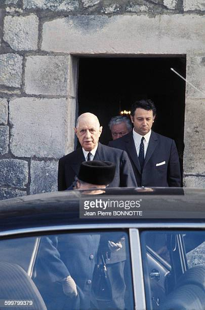 Le général Charles de Gaulle et sa femme Yvonne quittent l'église de ColombeyLesDeuxEglises France circa 1960
