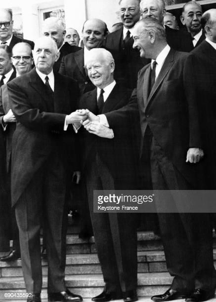 Le général Charles de Gaulle le président allemand Heinrich Lübke et le président américain Lyndon B Johnson après le déjeuner lors des funérailles...