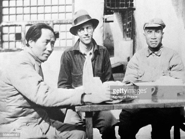 Le général Chu Teh commandant les forces communistes du nordouest chinois et son chef d'etat major le général Mao Tsetoung en Chine en 1945