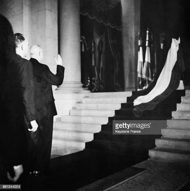 Le général de charles de Gaulle se recueillant devant les cendres de Jean Moulin au Panthéon à Paris France le 18 décembre 1964