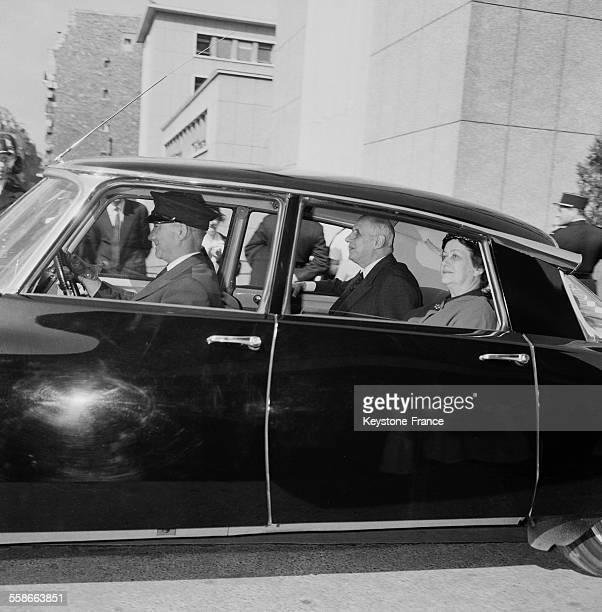 Le général de Gaulle et son epouse Yvonne regagnent le palais de l'Elysee apres avoir été hospitalisé à l'hopital Cochin ou il il a subi une...