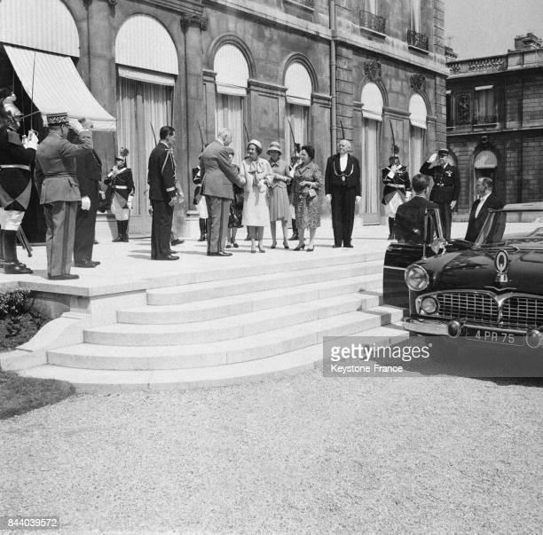 Le Général de Gaulle serre la main de la reine Fabiola quittant le Palais de l'Elysée à Paris France le 21 mai 1961