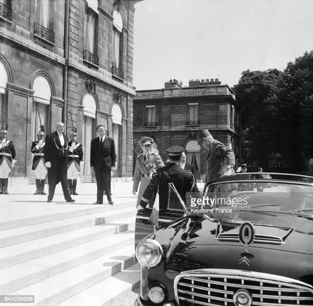 Le Général de Gaulle sort de sa voiture à son arrivée au Palais de l'Elysée sur les marches le roi Baudouin à Paris France le 21 mai 1961