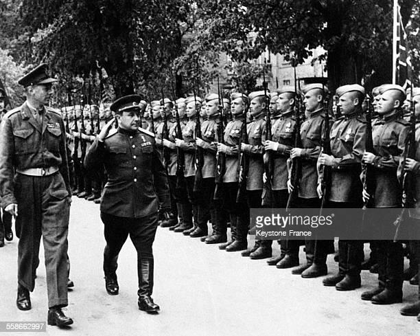 Le Général Dempsey invité par le général russe Grishin passe en revue une garde d'Honneur russe dans la petite ville sur la ligne de jonction des...