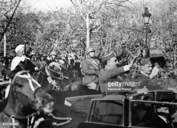 Le Général Franco debout dans sa voiture salue la foule des 50 000 soldats espagnols italiens et allemands venus l'acclamer lors de son entrée dans...