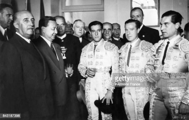Le Général Franco en compagnie du président phillipin Elpidio Quirino s'entretiennent avec les toreadors Manolo Vasquez Pepe Luis Vasquez et Antonio...