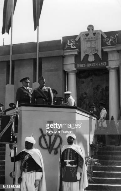 Le Général Franco lors d'un défilé militaire en présence des soldats maures circa 1940 en Espagne