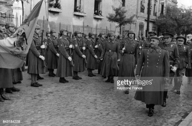 Le Général Franco passe ses troupes en revue en 1938 en Espagne