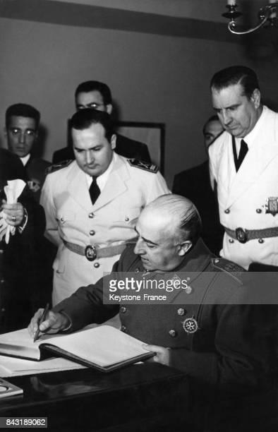 Le Général Franco signe le livre d'or de la cité universitaire à l'occasion de l'inauguration du nouveau bâtiment pour les étudiants d'Amérique...