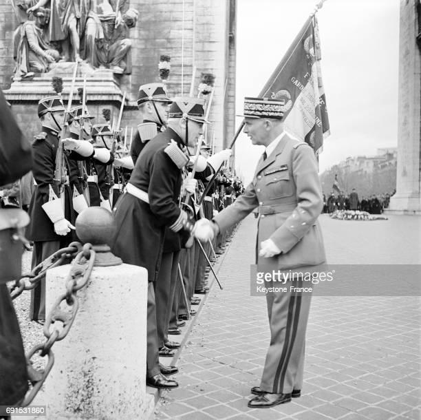 Le Général Zeller nouveau Gouverneur militaire de Paris photographié serrant la main à des militaires après la cérémonie de dépôt de gerbe de fleurs...