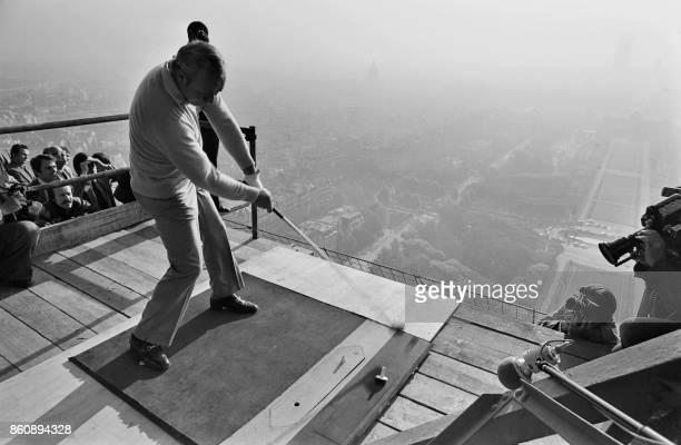 Le golfeur américain Arnold Palmer donne le coup d'envoi du Trophée Lancôme le 13 novembre 1977 à Paris depuis le deuxième étage de la Tour Eiffel /...