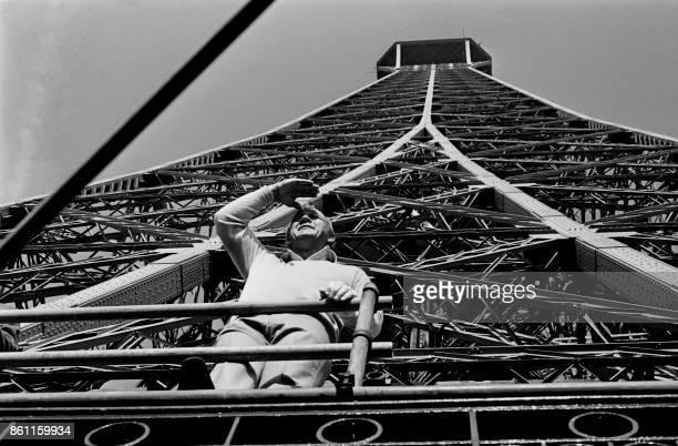 Le golfeur américain Arnold Palmer vient de donner le coup d'envoi du Trophée Lancôme le 13 novembre 1977 à Paris depuis le deuxième étage de la Tour...
