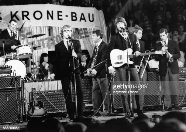 Le groupe Peter and Gordon accompagnant les Beatles pendant leur tournée allemande ici en concert au Circus Krone Bau à Munich Allemagne le 25 juin...