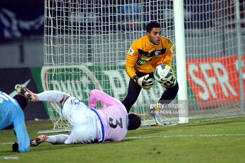 Le Havre's French goalkeeper Zacharie Boucher (R) vies with Evian's Swiss defender Fabrice Ehret (C) during a French Cup football match Evian (ETGFC) vs Le Havre (HAC) on February 26, 2013 at the Parc des Sports city stadium in Annecy, eastern France.